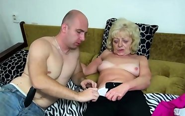 Old tow-haired bimbo gets her cunt dildoed