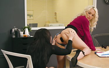 One lesbian colleagues try anal sexual connection hopes nigh the office