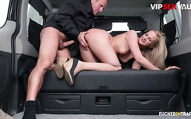 Serving-man chafes milf client's pussy w hard cock